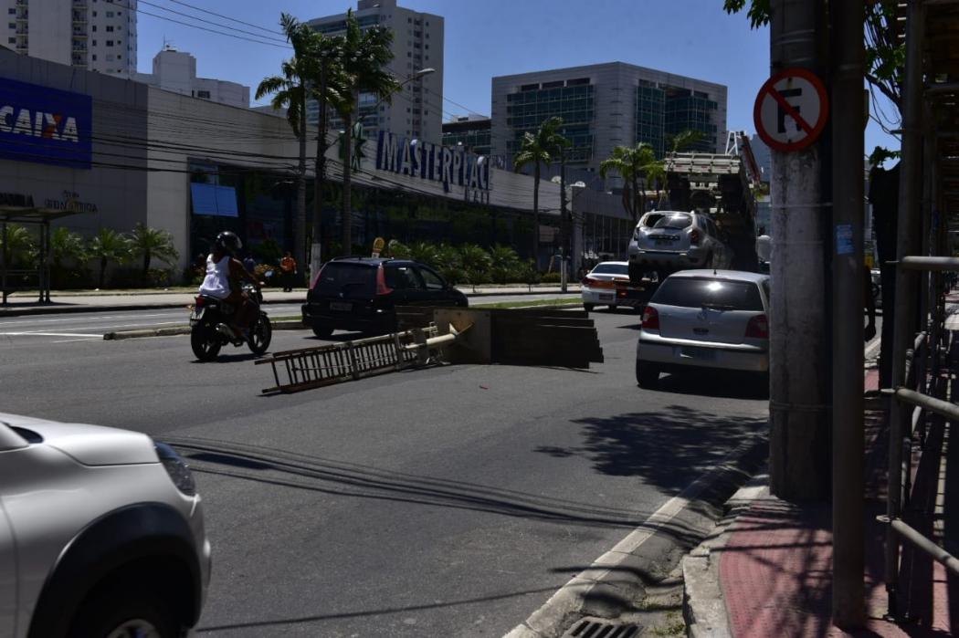 Escada cai de caminhonete na Reta da Penha, em Vitória. Crédito: Marcelo Prest