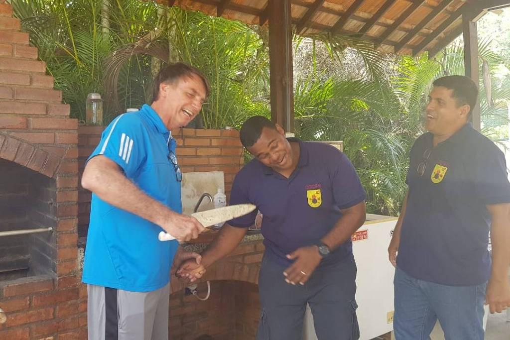 Bolsonaro brinca de dar facada em oficial da Marinha | A Gazeta