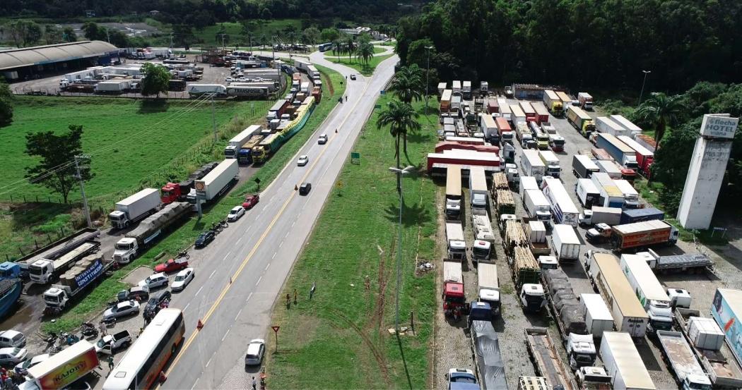 Registro de caminhões parados durante a greve dos caminhoneiros, em 2018. Crédito: Secundo Rezende/Zoom Filmes