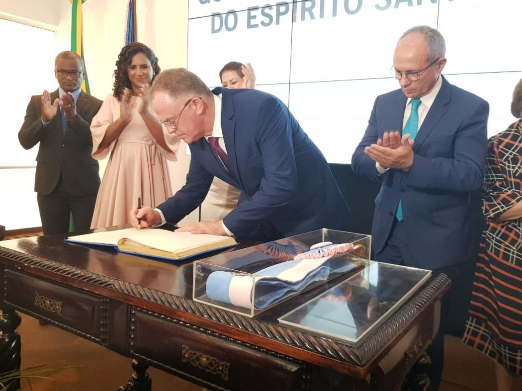 Paulo Hartung aplaude quando Casagrande assinou a transmissão de cargo. Crédito: Letícia Gonçalves