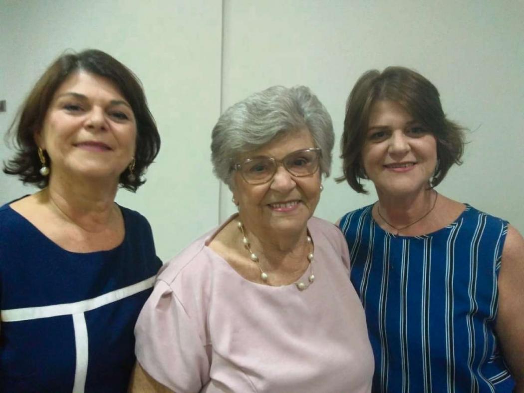 Ao centro, Dona Anita (mãe de Casagrande), 86 anos, escoltada pelas filhas Rita e Lúcia. Crédito: Vitor Vogas