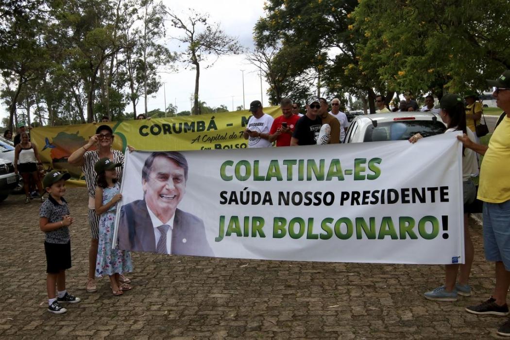 Apoiadores do presidente eleito, Jair Bolsonaro, em frente a residência oficial da Granja do Torto, onde está Bolsonaro e sua família. . Crédito: Wilson Dias/Agência Brasil