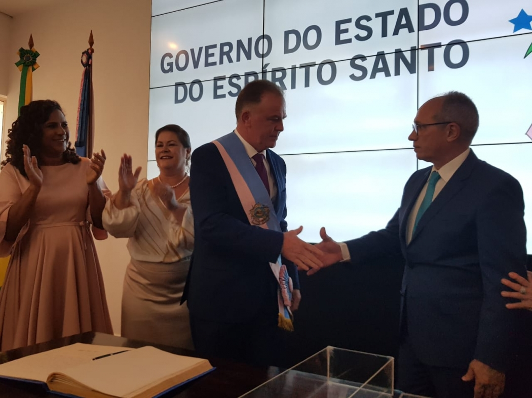 Renato Casagrande e Paulo Hartung se cumprimentam na cerimônia de posse no Palácio Anchieta. Crédito: Letícia Gonçalves