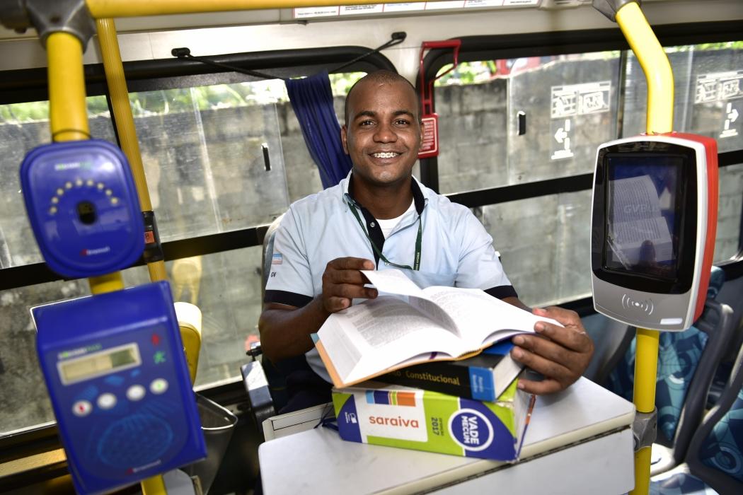 Caio se empenhou para dar conta de trabalhar nos ônibus, estagiar e estudar para a faculdade . Crédito: Marcelo Prest