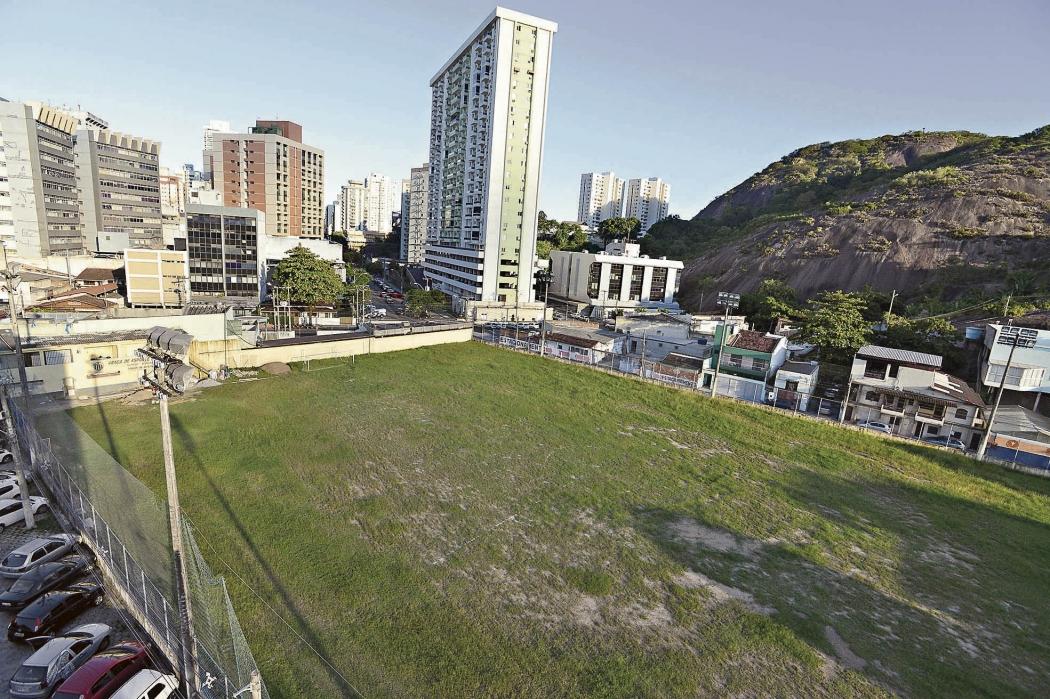 """O campo do Santa Cruz, em Vitória, é um dos imóveis  """"vagos para uso"""". Crédito: Bernardo Coutinho"""