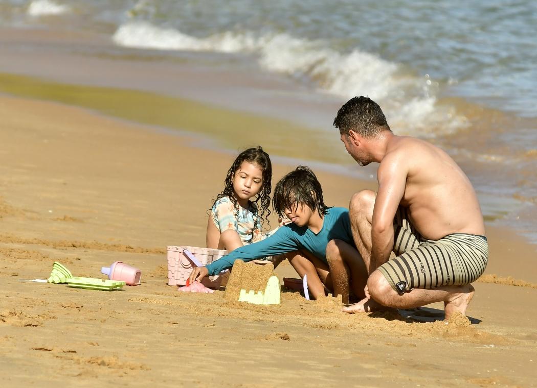 Banhistas aproveitam o  sol nas praia da Ilha do Boi e da Curva da Jurema, em Vitória. Crédito: Bernardo Coutinho