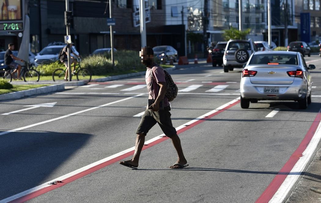 Pedestre atravessa fora da faixa que está a poucos metros de distância. Situação pode gerar multa. Crédito: Fernando Madeira