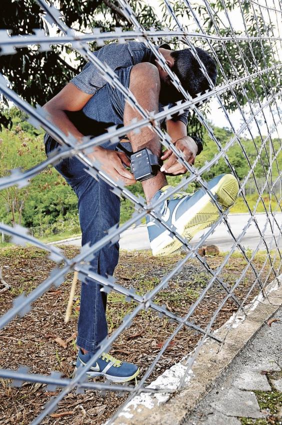Jovem usa tornozeleira eletrônica para poder cumprir pena fora do presídio. Crédito: Marcelo Prest