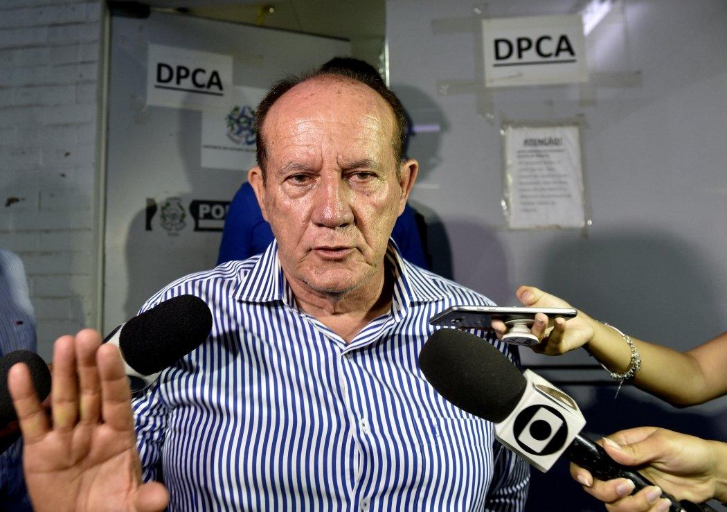 Luiz Durão em delegacia logo após ser flagrado saindo de motel com jovem. Crédito: Gazeta Online