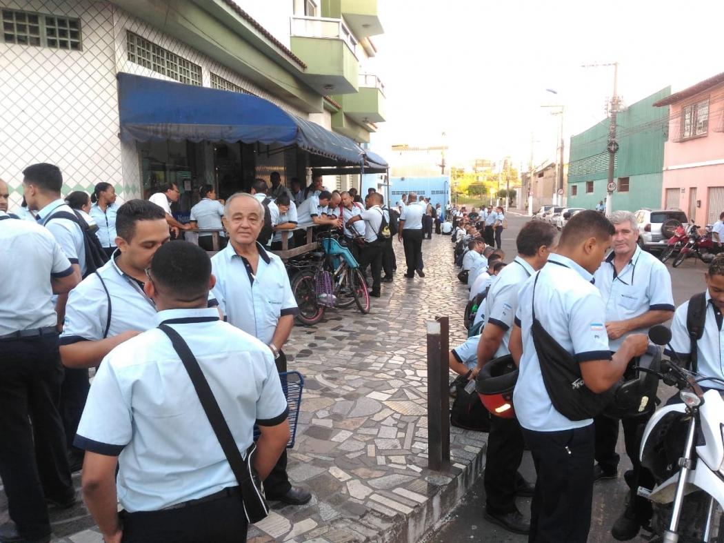 Rodoviários parados na frente da Viação Praia Sol, em Vila Velha. Crédito: Caíque Verli | CBN