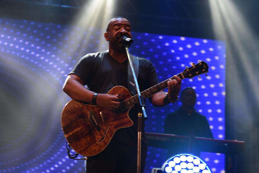 O Ministério Trazendo a Arca foi a primeira atração a subir ao palco. O vocalista Luiz Arcanjo interagiu e agitou o público presente em Itapoã. Crédito:    Ricardo Medeiros