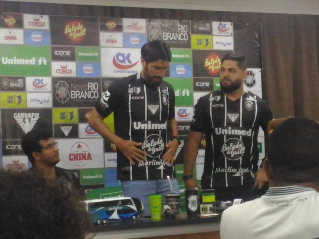 Loco Abreu vestiu a nova camisa do Rio Branco e foi apresentado oficialmente como jogador do clube capa-preta