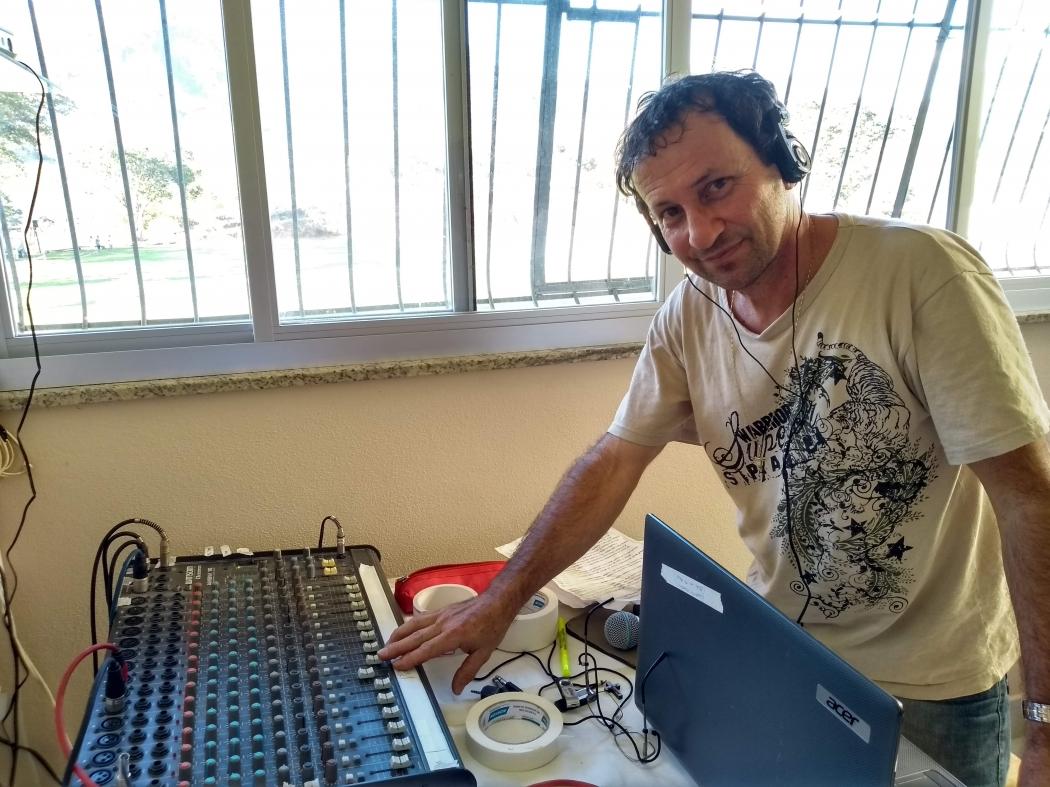 Gil Bonna preparando a mesa de som. Crédito: Vinícius Lodi