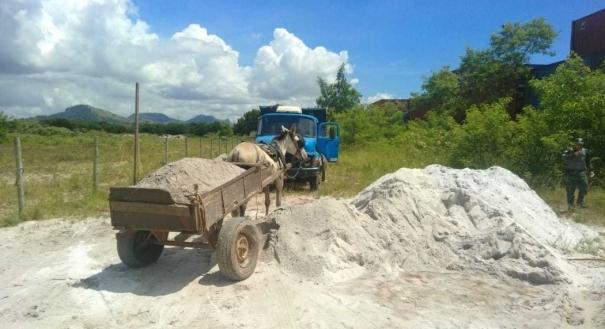 Indivíduos flagrados retirando areia sem autorização no bairro Vale Encantado, em Vila Velha