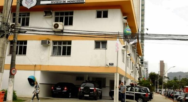 Policiais do Departamento Especializado de Homicídios e Proteção à Pessoa (DHPP) investigam o crime