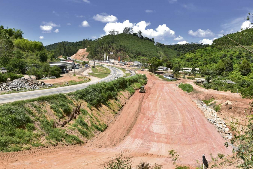 Com 85% da terraplanagem concluída, a duplicação de um trecho da BR 262 passa por impasse. Crédito: Marcelo Prest
