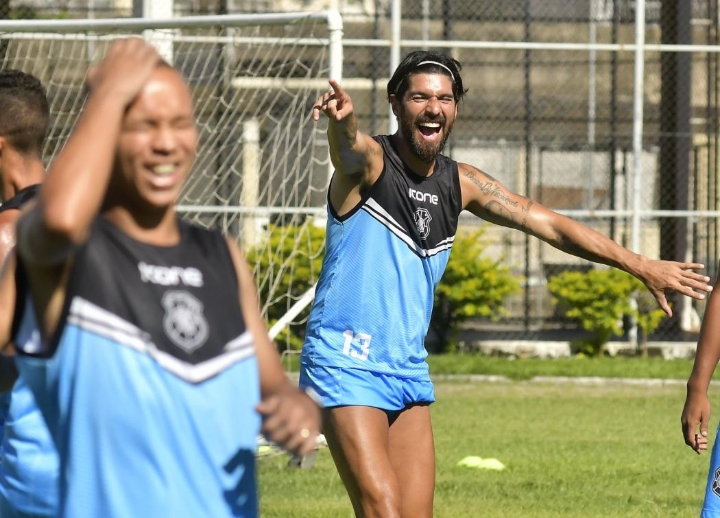 Loco Abreu era descontração pura no treino aberto do Rio Branco