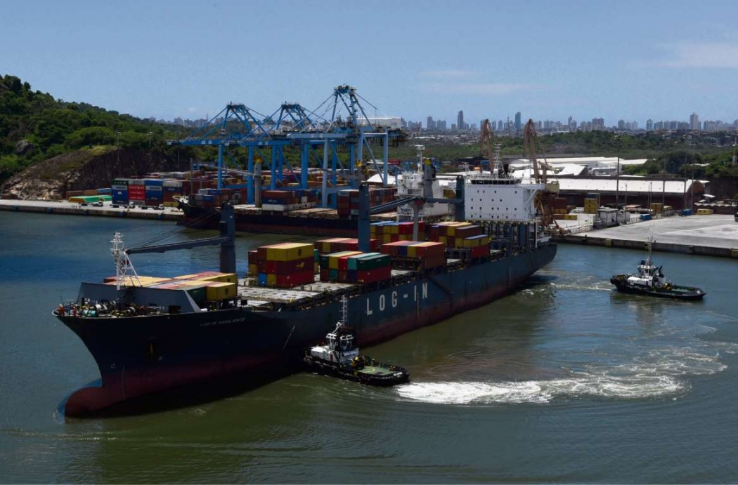 Navio durante manobra na entrada do Porto de Vitória . Crédito: Carlos Alberto Silva