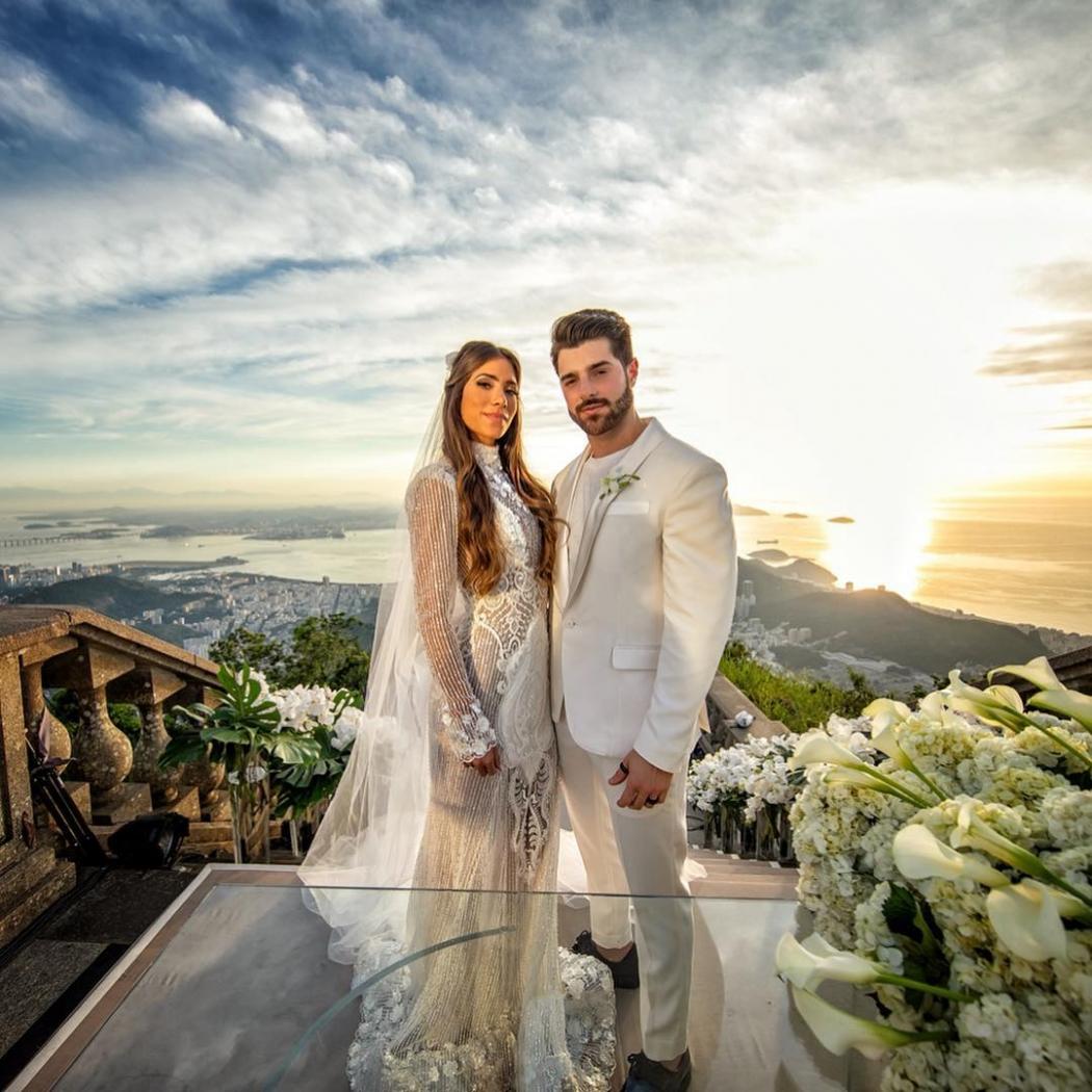 Alok e Romana Novais em cerimônia de casamento no Cristo Redentor . Crédito: Michel Castro/Rubens Cerqueira/Reprodução/Instagram @alok