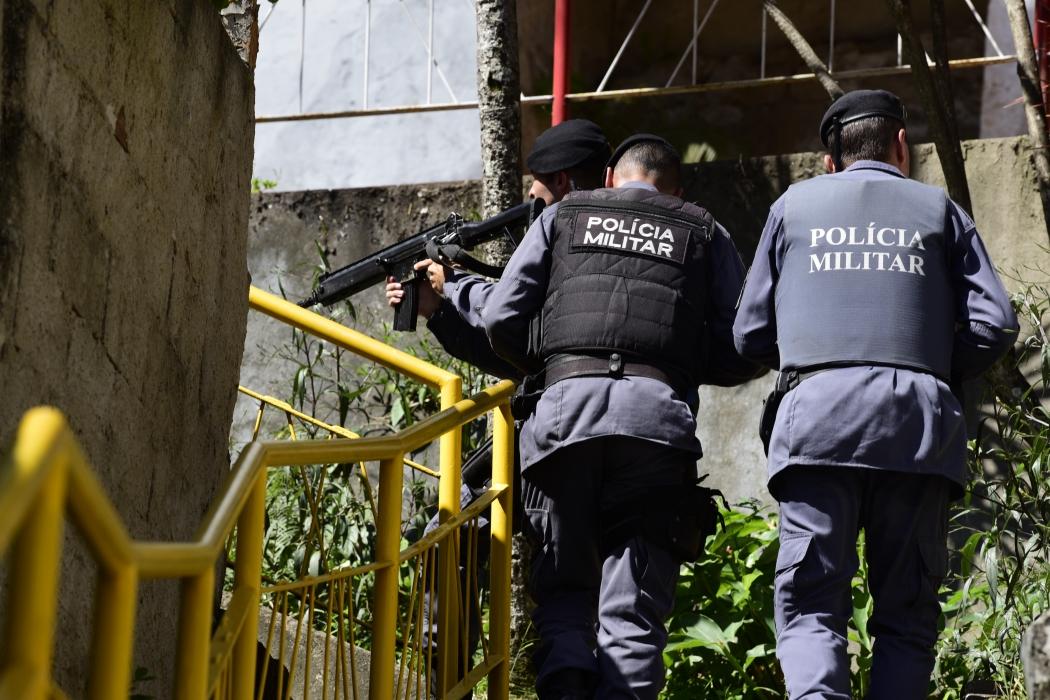 Policiais patrulham escadarias de comunidade em Vitória. Crédito: Ricardo Medeiros
