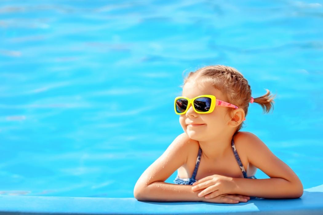 5add0e5b538a8 Menina usa óculos de sol para proteger a vista dos efeitos nocivos do sol