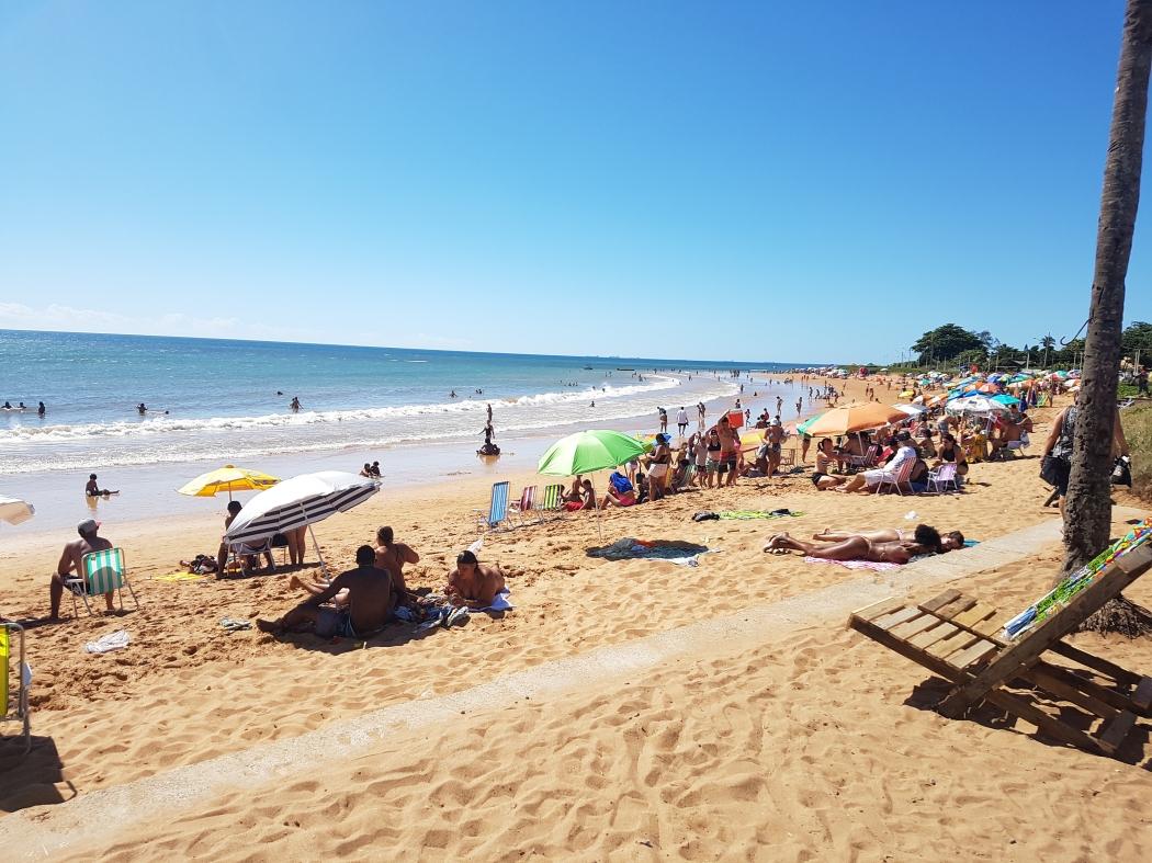 Turistas aproveitam a praia de Manguinhos, na Serra. Crédito: Caíque Verli