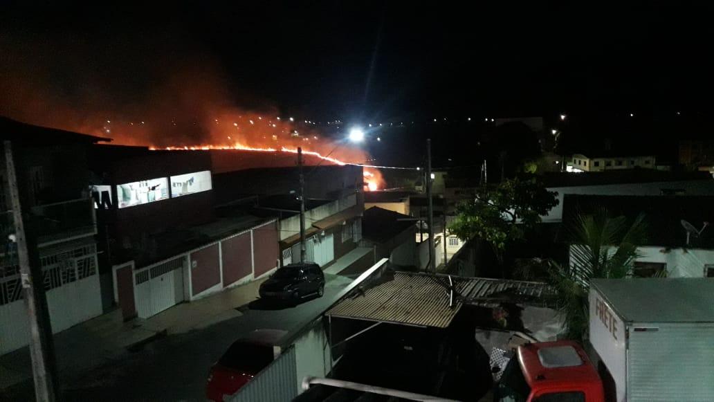 Incêndio assusta moradores em Laranjeiras, na Serra. Crédito: Jaqueline Fosse