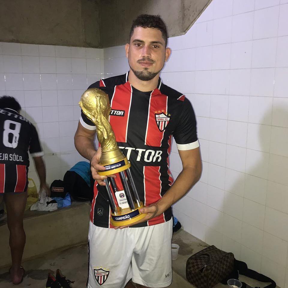 Rael com a taça do Troféu Cleber Roque Bertoldi. Crédito: Reprodução/Instagram