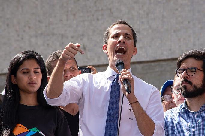 Mão aberta levantada, Juan Guaidó, 35, jurou encarregar-se do poder Executivo da Venezuela. Crédito: Reprodução Instagram