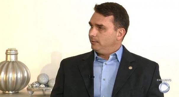 Flávio Bolsonaro usa tragédia de Suzano para criticar maioridade e estatuto do desarmamento