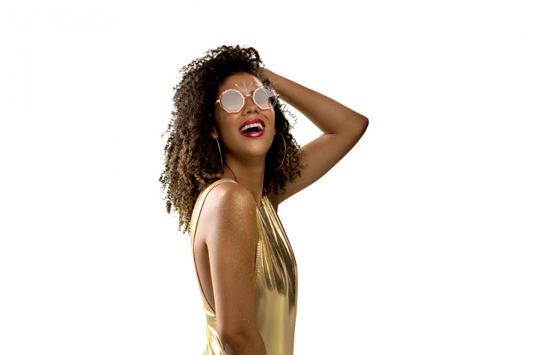 """Os óculos também cumprem o papel estético de garantir uma maior versatilidade ao """"look"""" e servem como um acessório poderoso. Crédito: Divulgação/ Óticas Paris"""