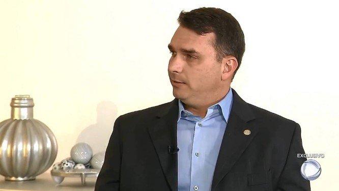 O deputado estadual e senador eleito Flávio Bolsonaro, durante entrevista à 'Record' . Crédito: Reprodução