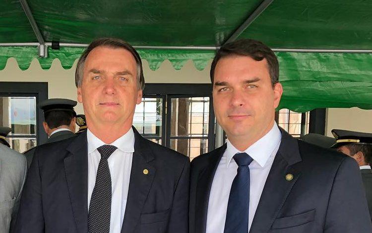 Jair e Flávio Bolsonaro. Crédito: Divulgação | Arquivo