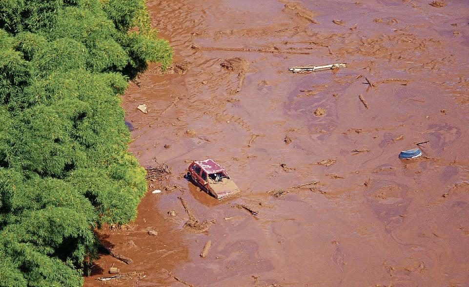 MG - MG/BARRAGEM/RISCO/INUNDA«ES - GERAL - Vista aÈrea do local destruÌdo pelos rejeitos apÛs o rompimento da barragem da mina do   Feijo, situada em Brumadinho, na regio metropolitana de Belo Horizonte (MG), nesta   sexta-feira (25). Segundo o Corpo de Bombeiros, o rompimento ocorreu na altura do km 50   da Rodovia MG-040. Um helicÛptero dos bombeiros sobrevoava a regio em busca de vÌtimas.   Cerca de 200 pessoas esto desaparecidas. Ambulncias, carros de Bombeiros e da Defesa   Civil trabalham no local. Quase trÍs anos depois do rompimento da barragem de Fundo, da   mineradora Samarco (Vale e BHP), em Mariana, Minas Gerais, em novembro de 2015, mais um   desastre ameaÁa o Estado.   25/01/2019 - Foto: MOISÈS SILVA/O TEMPO/ESTADO CONTEDO. Crédito: MOISÈS SILVA