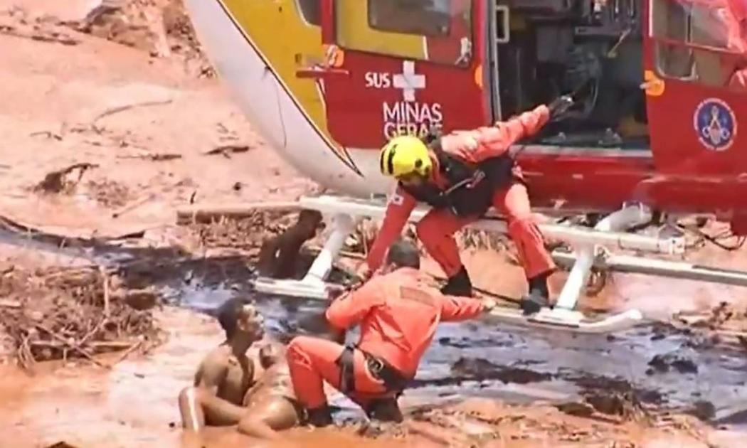 Equipe dos Bombeiros de Minas socorre vítima do rompimento da barragem da Vale em Brumadinho . Crédito: Reprodução | TV Record
