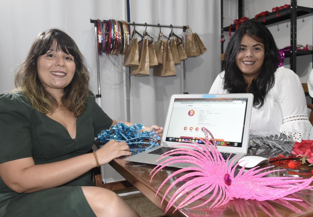 As irmãs Giovana e Isadora Fialho Nicolao vendem pela internet os adereços de carnaval que confeccionam. Crédito: Carlos Alberto Silva