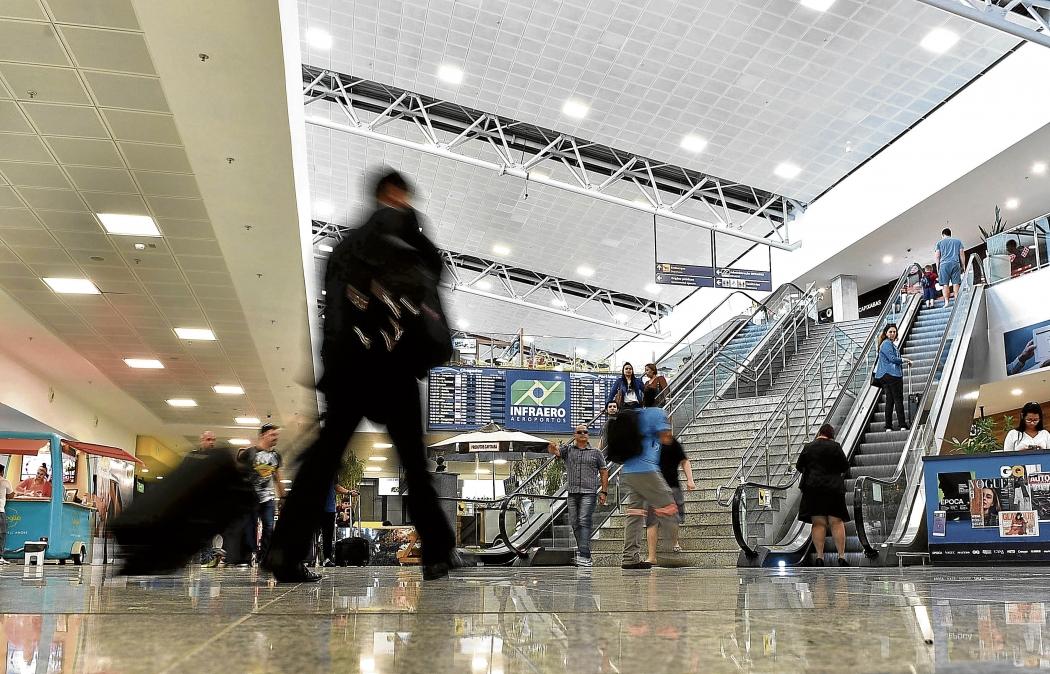 Passageiros transitam no saguão do Aeroporto de Vitória. Crédito: Fernando Madeira