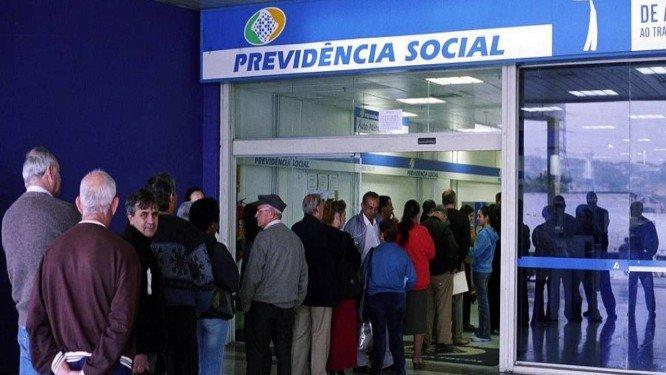 Pessoas na fila da Previdência Social. Crédito: Reprodução