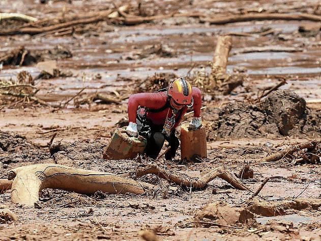 Bombeiro em resgate na lama, em Brumadinho. Crédito: WILTON JUNIOR