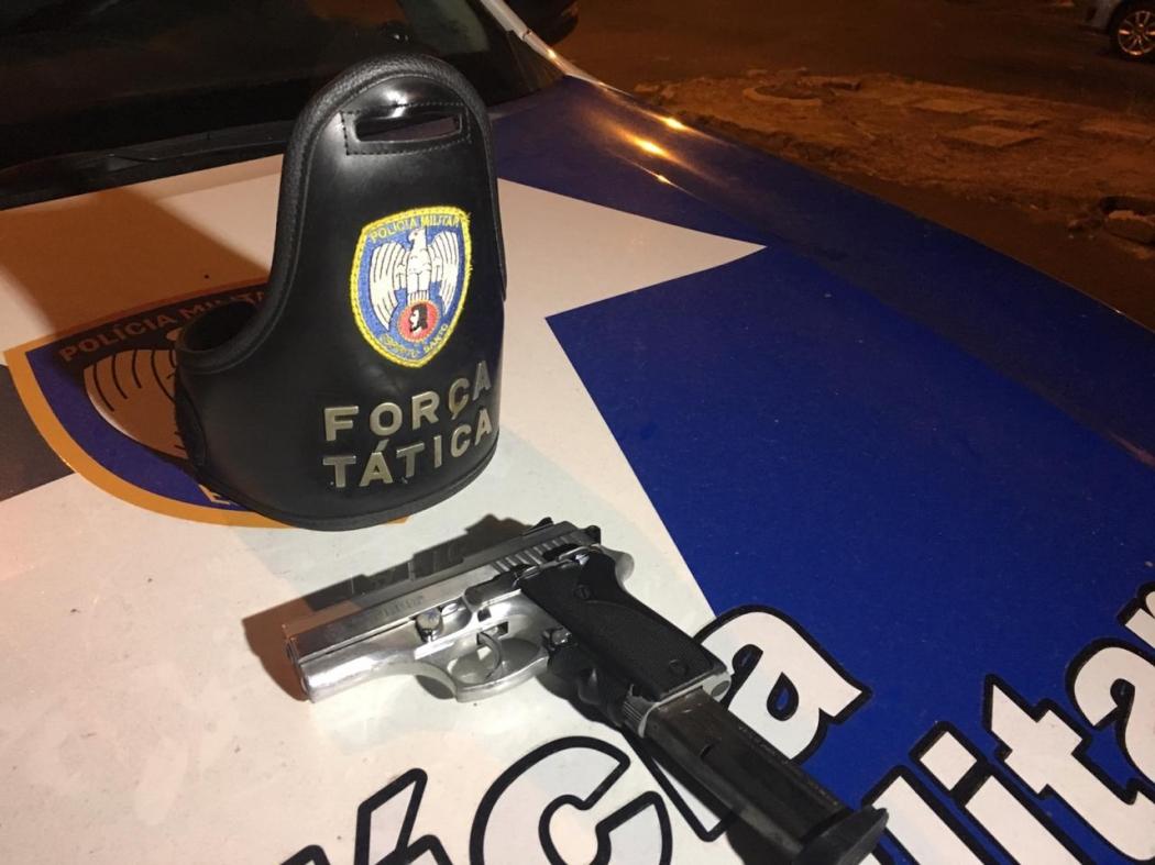 Um dos suspeitos dispensou uma pistola 380 no caminho. Crédito: Divulgação | PM