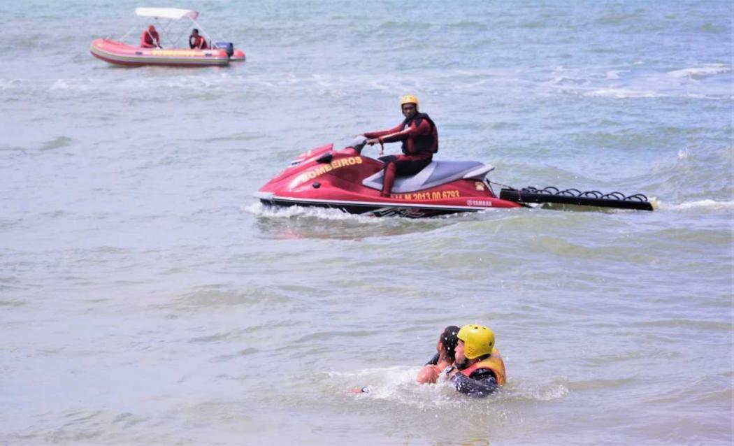 Bombeiros resgatam banhista que estava se afogando em Vila Velha. Crédito: Marcos Ferreira