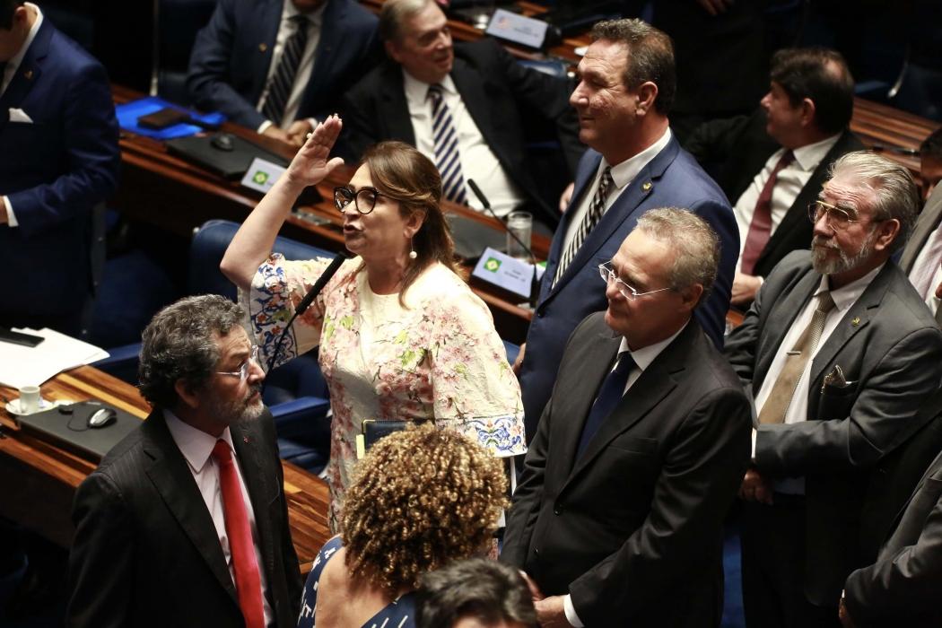 A senadora Katia Abreu e Renan Calheiros discutem com o Davi Alcolumbre que preside durante eleição para presidente do Senado Federal, em Brasília (DF), nesta sexta-feira (01). Crédito: FÁTIMA MEIRA/FUTURA PRESS