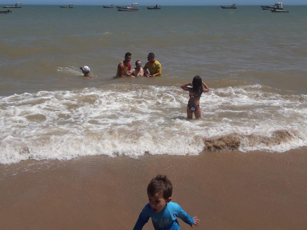 Guarda-vidas de Marataízes auxiliou um portador de Síndrome de Down a tomar banho no mar. Crédito: Internauta