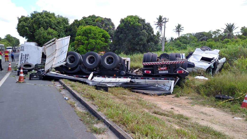 Carreta que transportava pedra tombou em acidente na BR 101, em Sooretama. Crédito: Raphael Verly/TV Gazeta Norte