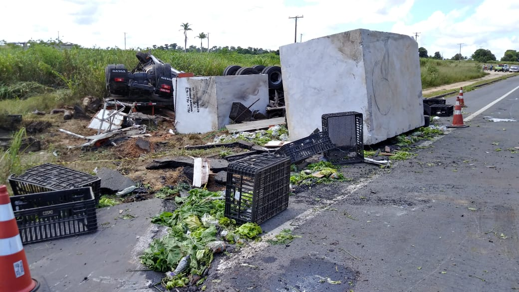Carreta que transportava pedra tombou em acidente em Sooretama. Crédito: Raphael Verly/TV Gazeta Norte