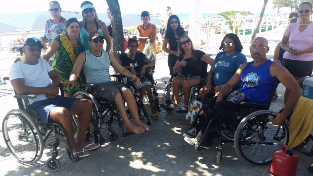 Grupo de cadeirantes protestos contra a saída de guarda-vidas do projeto Praia Legal, na Praia da Costa, em Vila Velha. Crédito: Eduardo Dias