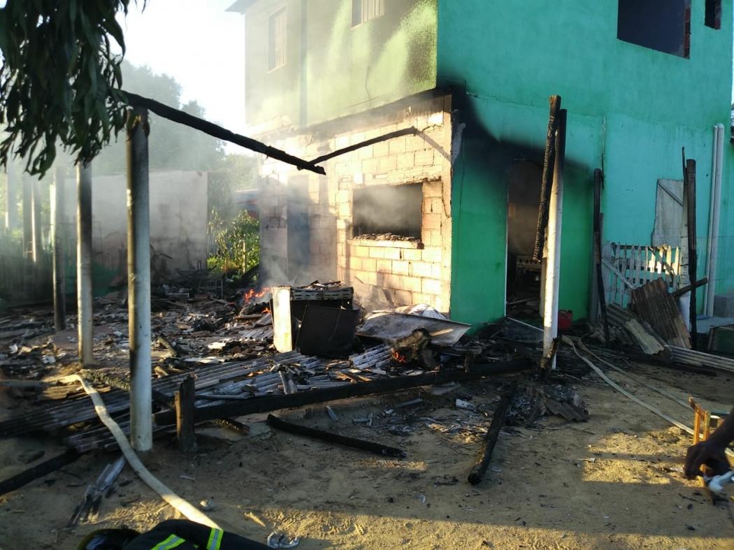 Casa ficou destruída após incêndio em Bagueira, zona rural de Linhares. Crédito: Raphael Verly/TV Gazeta Norte