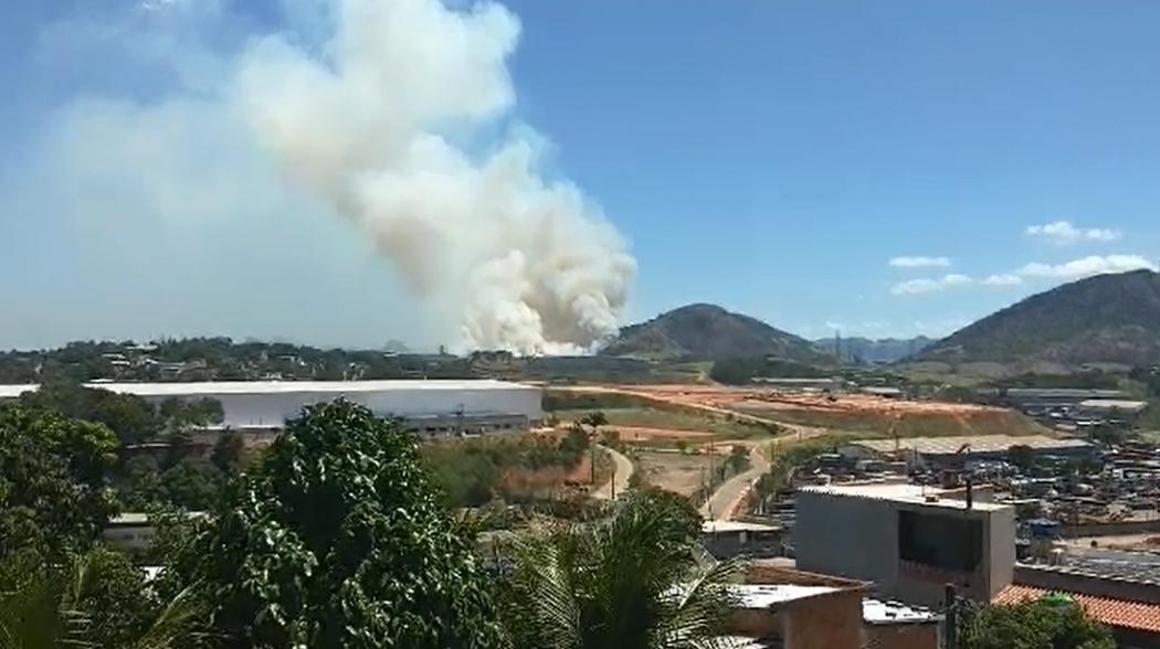 Filmagem mostra fumaça após incêndio em Viana. Crédito: Odair José Fonseca Ferreira/Internauta