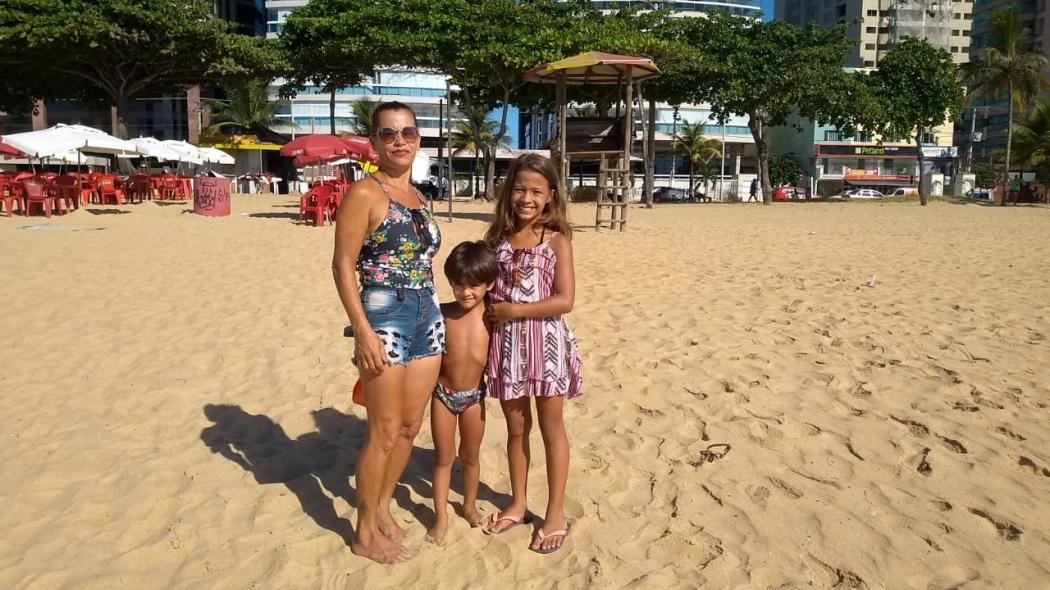 A falta de guarda-vidas na praia preocupou a banhista Jorgina Eller, que foi à praia de Itaparica acompanhada de dois sobrinhos pequenos. . Crédito: Eduardo Dias