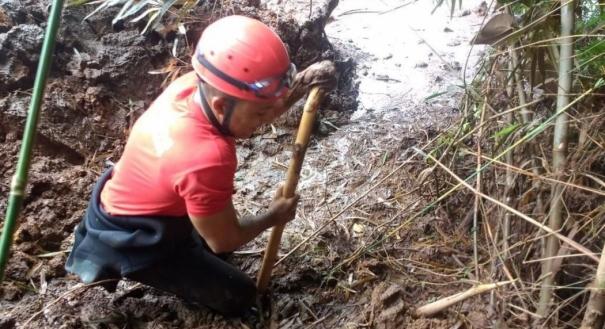 Bombeiro atua na região da lama de rejeitos após rompimento da barragem, em Brumadinho